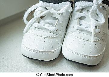 ∥あるいは∥, 動くこと, 流行, shopping., 靴, バックグラウンド。, ステップ, 子供, 子供, 最初に, 子供, スポーツ, shoes., 踏むこと, 対, isolated., 赤ん坊 靴, スニーカー, moccasins., 子供, スニーカー, 革, boots., 靴, 白