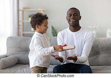 お父さん, かわいい, ギフトの 提供, 父, 息子, アフリカ, 日, 子供