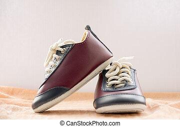 かわいい, わずかしか, 靴, boy., バックグラウンド。, スニーカー, 赤ん坊, 流行, 白, スポーツ