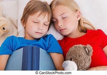 かわいい, 疲れた, 上, 後で, 2, ベッド, 睡眠, day., 間, 一緒に, 活動的, 子供, あること, 光景