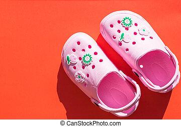 はき物, pool., flops., コピー, 靴, 白, バックグラウンド。, とんぼ返り, 隔離された, 子供, 明るい, space., スニーカー, 赤ん坊, サンダル, summer., 概念, ゴム, ピンク, shoes.