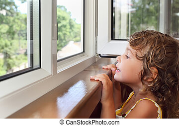 わずかしか, 見なさい, バルコニー, 窓, かわいい少女, 微笑