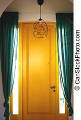 エメラルド, カーテン, シャンデリア, 黄色いドア, 前部