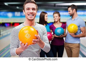 コミュニケートする, 保有物の 球, 男性, 人々, に対して, 細道, 若い, 最も良く, ボウリング, ハンサム, 3, player., 間