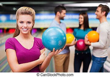 コミュニケートする, 確信した, 保有物の 球, 人々, に対して, 細道, 女性, 若い, ボウリング, 3, player., 美しい, 間