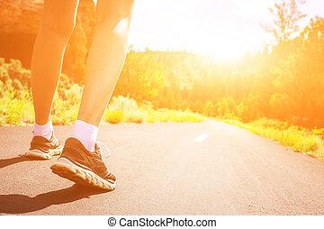 スポーツの靴, 日の出, 足, 道, closeup.