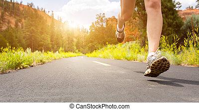 スポーツの靴, 日没, 足, 道, closeup.