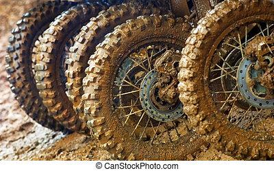 タイヤ, 泥だらけである