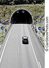 ハイウェーのトンネル