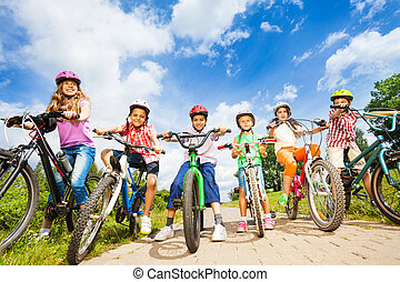 ヘルメット, 子供, 角度, 下に, 自転車, 光景