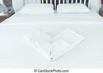 ベッド, タオル, 心, きれいにしなさい, 白, 積み重ねられた, ホテル, 形
