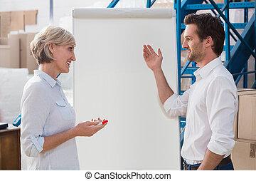 マネージャー, 何か, whiteboard, 同僚, 提示, 彼の