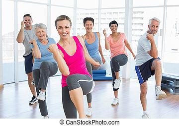 人々, ヨガ, 力, 練習, 微笑, フィットネスクラス