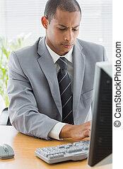 使うこと, ビジネスマン, オフィス, 集中される, コンピュータ
