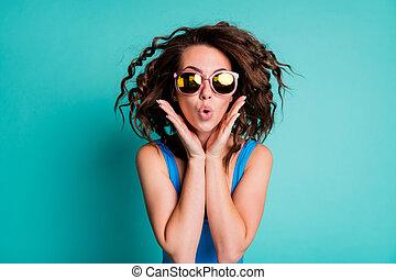 信じられないい, 聞きなさい, 驚かせること, 女性, 写真, 隔離された, 空気のよう, 手, 顔, 価格, 概念, 小ガモ, swimwear, 割引, 買い物, 驚いている, ヘアスタイル, 青, モデル, 低い, 背景, 衝撃を与えられた, 色, 狂気, ニュース, 販売