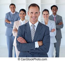 先導, 地位, チーム, 彼の, マネージャー, ビジネスオフィス