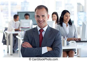 先導, 彼の, チーム, マネージャー, 中心, 微笑, 呼出し