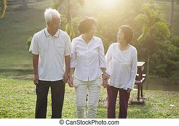 先輩, 公園, 歩くこと, グループ, アジア人