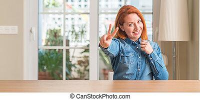 印。, 指, 家, 見る, カメラ, 数, 提示, 勝利, redhead, two., 女性の 微笑