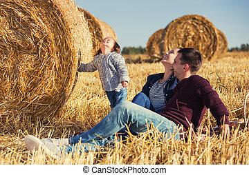 古い, 家族, 干し草, 若い, 次に, フィールド, 2, 年, 女の子, 幸せ, ベール, 収穫される