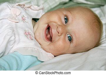古い, 月, 4, 女の赤ん坊, 極度, 幸せに微笑する
