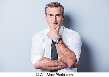 地位, について, ワイシャツ, 間, 考え, problems., 背景, 灰色, に対して, 手, 見る, 思いやりがある, カメラ, あご, 成長した, 保有物, タイ, あなたの, 人