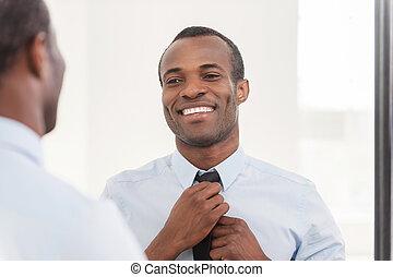 地位, について, 彼の, ネクタイ, look., 調節, アフリカ, 若い, に対して, 確信した, 間, 鏡, 人