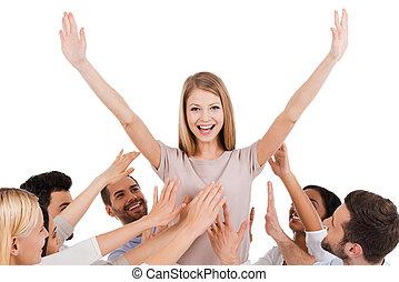 地位, 実質, 保持, 女, 伸ばしている, 彼女, 人々, 伸張は武装する, に対して, 若い, 間, 彼女, 背景, 手, leader., グループ, 幸せに微笑する, 白, 興奮させられた