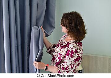 地位, 灰色, 女, 次に, カーテン