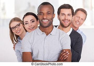 地位, 見る, 保持, team., グループ, ビジネス 人々, 腕, 若い, 朗らかである, 確信した, の後ろ, カメラ, 間, アフリカ, 交差させる, 微笑の人, 彼, 横列