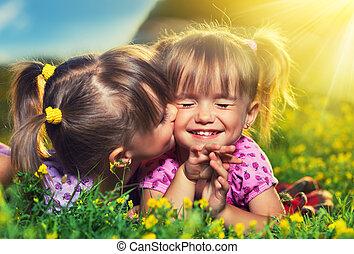 夏, わずかしか, family., 女の子, twin, 笑い, 屋外で, 姉妹, 接吻, 幸せ