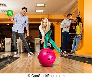 女の子, ボール, 投げるクラブ, ボウリング, 微笑, ブロンド