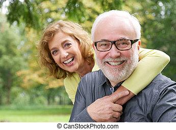 女, より古い, 包含, 微笑の人, 幸せ