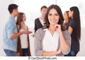 女, グループ, 保有物, コミュニケートする, 人々, 若い, 手, 確信した, 間, あご, 彼女, 背景, チーム, leader., 微笑