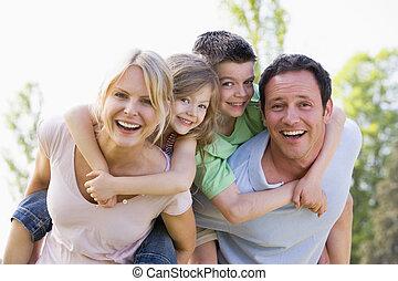 寄付, 恋人, 2, 若い, piggyback, 微笑, 乗車, 子供