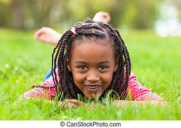 屋外, -, 人々, あること, 黒人の少女, かわいい, 下方に, 肖像画, 微笑, アフリカ, 草, 若い
