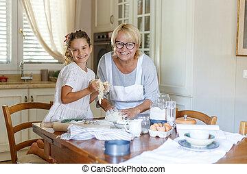 幸せ, 料理, カメラ, 孫娘, 彼女, 祖母, 微笑。, 見る, クッキー