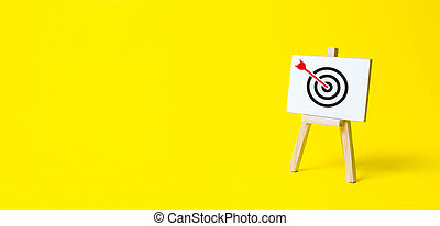 広告, center., 矢, 立ちなさい, 達成, purposefulness, 丁度, バックグラウンド。, 印, ゴール, 衝突, ターゲット, 作戦, 黄色, campaigns., targeting., 宣伝しなさい