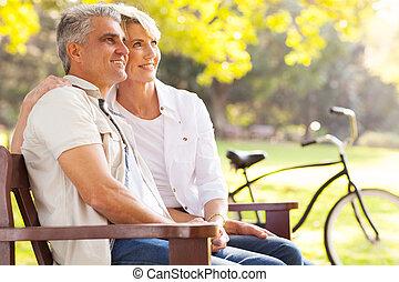 引退, 恋人, 中央の, 優雅である, 屋外で, 空想にふける, 年齢