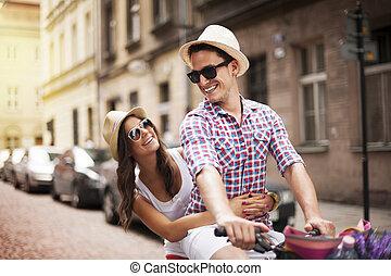彼の, 自転車, 取得, ガールフレンド, 人, 棚, ハンサム
