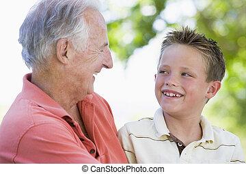 微笑, outdoors., 孫, 祖父