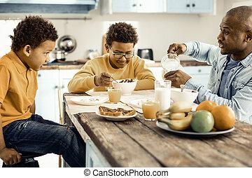 息子, finally, モデル, 準備, 彼の, 朝食, それら。, お父さん, 下方に, 食べなさい