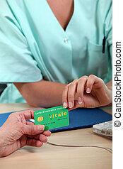 患者, ある, 医療の健康, 渡される, 保険カード, スタッフ