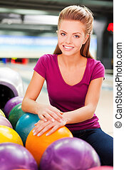 手, 保有物の 球, に対して, 細道, 女性, 若い, モデル, ボウリング, 朗らかである, 微笑, player., 魅了, 間