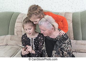 教えなさい, 使用, smartphone, 曾祖母, 孫