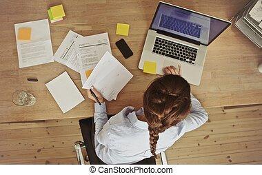 文書, 彼女, オフィス, 女性実業家, ラップトップ, 仕事, 机