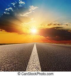 日没, 雲, 道, アスファルト, 下に