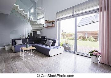 暮らし, 自然, モノクロである, 大きい, スペース, 堅材, ライト, 現代, ガラス, によって, 床, 到来, 内部, ドア, ソファー, 開いた, 部屋