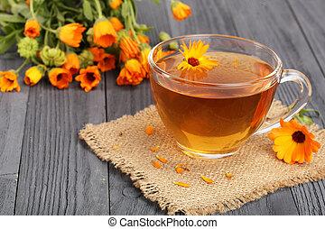 木製である, お茶, 黒い背景, calendula, 新鮮な花