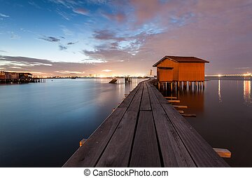 木製の橋, 小屋, 日の出